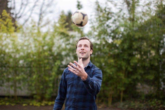 Stef Oosterik met voetbal Team Nijhuis