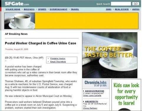 Werknemer plast in koffie adverteren met de koffie smaakt beter
