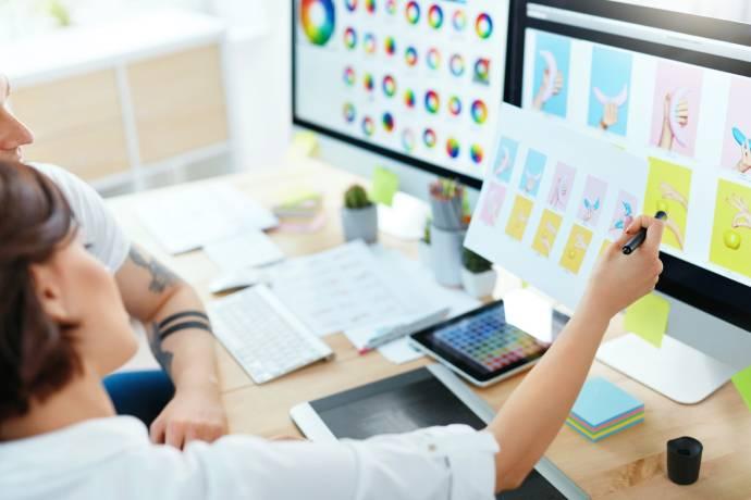 Een webdesign bureau ontwikkelt het grafisch concept van je website design
